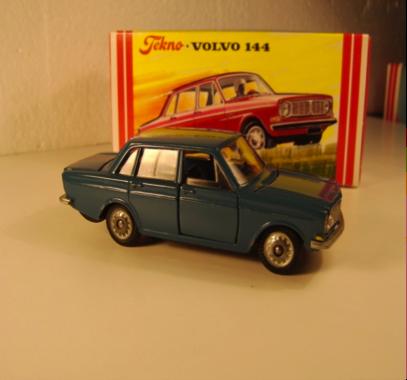 Lysblå Volvo 144