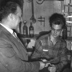 E.Lerager Larsen overrækker svendebrev