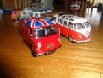 Her er min Austin J4 kassebil fra Ixo Altaya sammen med min VW T1 Sambabus fra Minichamphs.
